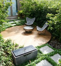 A small yard shouldn t be uninspiring Learn how to transform what little space you have into an urban oasis by getting on board with vertical gardens climbing vines and potted feature plants # Small Courtyard Gardens, Small Courtyards, Small Gardens, Vertical Gardens, Courtyard Ideas, Cozy Backyard, Backyard Seating, Backyard Landscaping, Small Garden Landscape