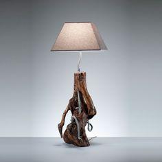ROBOWOOD Lampada interamente realizzata a mano con un unico pezzo di legno di castagno nei cui fori sono stati inseriti dei flessibili riciclati di ottone bianco.