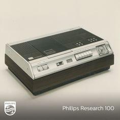 El primer intento de lanzar un magnetoscopio doméstico correspondió a Phillips con su Sistema VCR. El elevado coste de los aparatoshizo que este sistema no tuviese demasiado éxito. Puede verse que el reloj del temporizador era analógico. Existió una cámara para ser utilizada con este magnetoscopio e incluso, fuera de nuestro país, llegaron a comercializarse películas en este formato.