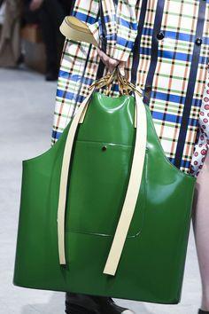 Nella velocità delle passerelle l'occhio allenato non perde i dettagli che contano, ovvero gli accessori moda che poi sono il nostro esatto prolungamento, le borse. E che andranno di moda la prossima primavera estate 2018