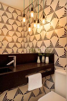 Apartamento pequeno com decoração moderna, decoração branca, integrada, banheiro, decoração preto e banco.