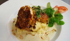 vegetarische Bulgur-Bouletten auf Kartoffelpüree mit gerösteten Mandeln. Lecker!