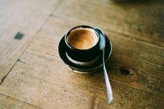 """""""Осторожно принюхавшись к дымящейся чашке, барышня неожиданно поняла, что влюбилась. Причем не просто так, а на всю оставшуюся жизнь. И да, разумеется, в напиток из странных зерен.""""Макс Фрай"""