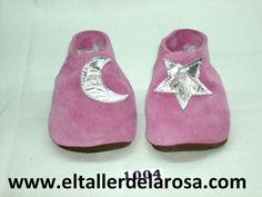 Patucos de bebé fabricados artesanalmente en auténtica piel de las mejores calidades. Bonito modelo confeccionado en serraje afelpado disponible en dos colores, azul y rosa. http://www.eltallerdelarosa.com/patucos-de-bebe/5-patucos-de-bebe-luna-rosa.html