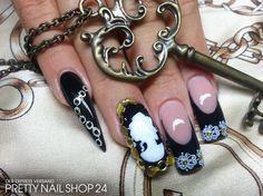 #trendstyle #barock #nailart Prunkvolle Nailart im Barockstil wurde hier mit Weiß und edlem Gold verziert. Als besonderes Highlight dient, neben dem Stiletto, die eingerahmte Statue auf dem Ringfinger. Wie findet Ihr diesen Style?