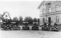 Fritsla Hotell (och Taxistation) och dess sex bilar med chaufförer, är tagen på stationsgården med hotellet 14/9 1928.