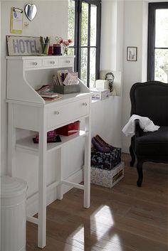 Das Stehpult aus Holz bietet viel Stauraum in seinen 4 Schubladen und dem Ablagefach. Nur die Farbe müssen Sie noch wählen, bei car Möbel!