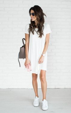 Cute summer 2017 outfit ideas with sneakers, dress. How to look cute in sneakers. Chambray dress, adidas stan smith, how to wear white sneakers Casual Chic, Formal Casual Outfits, Oufits Casual, Casual Summer Dresses, Summer Dresses For Women, Dress Summer, White Casual, Outfit Summer, Dresses With Tennis Shoes
