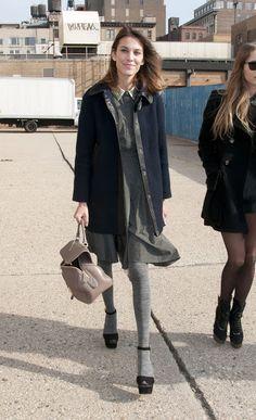 Se arrumar...: Meia-calça cinza, com estilo.