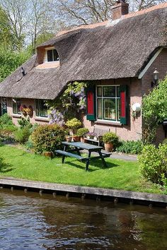 Giethoorn, Holanda Love Sites, Cute Cottage, Cottage Style, Beautiful Homes, Beautiful Places, Holland Netherlands, Cottages And Bungalows, English Countryside, Humble Abode