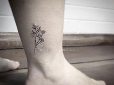 Tatuagem feita por Jessika Campos de São Paulo. Flores super delicadas no tornozelo. #tattoo #tatuagem #tattoo2me #art #arte #delicada #fofa #sweet
