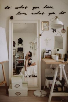 26 cozy dorm room inspiration decor ideas for college 7 Cozy Dorm Room, Cute Dorm Rooms, Modern Bedroom Furniture, Bedroom Decor, Decor Room, Room Decorations, Bedroom Ideas, Rose Bedroom, Mirrored Bedroom