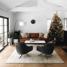 Cognac leather sofa and mid century furnishings. #vintagehomeinteriordesign