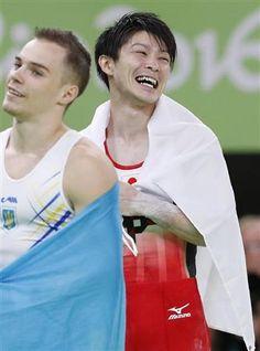 男子個人総合で金メダルを獲得し、笑顔の内村航平=リオデジャネイロ(共同)