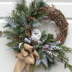 Decor: Guirlandas que fogem do comum! Christmas Wreaths To Make, Christmas Owls, Woodland Christmas, Holiday Wreaths, Rustic Christmas, Christmas Projects, Winter Wreaths, Christmas Holiday, Christmas Ideas