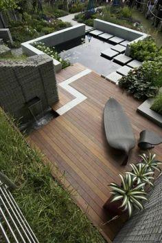 moderner Gartenteich, Steinmöbel, Wasserpflanzen, Holzterasse