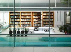 Dans le quartier cossu d'Hampstead à Londres, une maison ultra moderne qui s'articule autour d'un espace de réception de 12 mètres de hau...