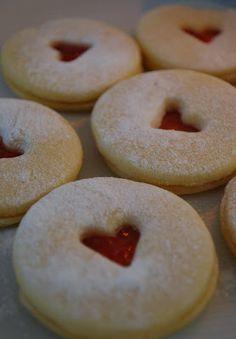 """Spitzbuben - für Ostern: Eierform und Aprikosenmarmelade, statt Herz kleinen Kreis ausstechen fürs """"Eigelb"""""""