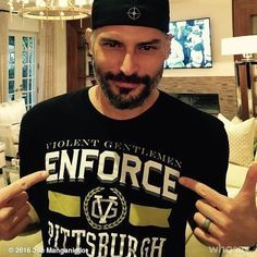 great picture of #JoeManganiello sporting his favorite teams shirt. Congrats to the #PittsburghPenguins!