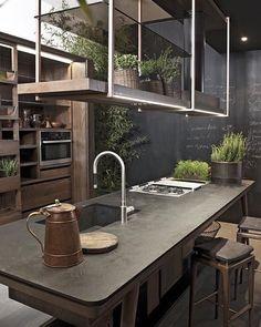 Charmosa cozinha rústica contemporânea. Detalhe para o suporte em aço escovado…