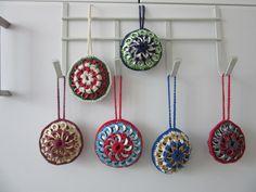 Door mij gehaakte kerstballen, met treklipjes  - eigen ontwerp
