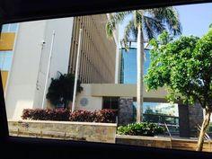 Autoridad de Energía Eléctrica 8:35 a.m. domingo,  27 de octubre de 2013. Al momento en el que se tomó esta fotografía se pueden observar las astas vacías. Esto cumple con lo establecido en el código de banderas de Puerto Rico, debido a que se dice en el mismo que las banderas no pueden estar izadas en días no laborales.