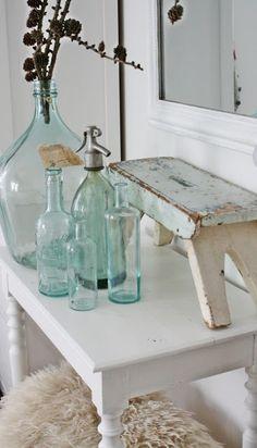 Mooi! Zacht groene oude flessen; spuitflessen, oude verweerde krukjes en brocante vintage bijzettafels te koop bij www.old-basics.nl (webshop en loods van 750m2 ).