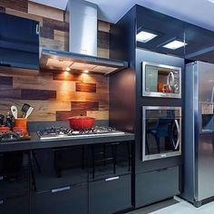 Cozinha [all black] com revestimento amadeirado. Amamos!   Confira no nosso site…