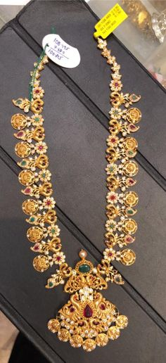 101 GMs gold long haaram with Lakshmi devi kasu hangigns. Long haaram studded with rubies and emeralds. Gold Haram Designs, Gold Designs, Indian Jewellery Design, Jewelry Design, Gold Jewelry Simple, India Jewelry, Schmuck Design, Gold Bangles, Luxury Jewelry