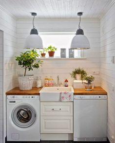 """""""Que tal essa área de serviço? Em um pequeno espaço organizou-se uma lavanderia linda! O detalhe das plantas dá um charme especial.…"""""""