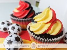 Germany is in the semifinals of the soccer world cup 2014! Tonight we cheer on the national team again. Reason enough for this pineapple cupcakes in the colors of the german national flag: triple colored frosting and triple colored cake.