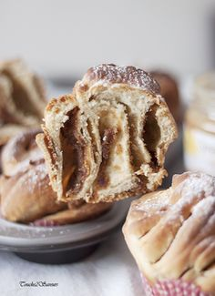 J'aime beaucoup préparer mon pain et mes brioches maison et je suis donc toujours à la quête de nouveaux façonnages...en flanant sur Pinterest, on peut découvrir des pains et brioches époustouflants et c'est donc sur ce blog que je me suis arrêtée pour...