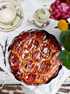 Uunituore pulla ihastuttaa aina maullaan. Pääsiäisen lähestyessä pulla saa juhlavan ulkomuodon ja keväisen pirteän maun. Pääsiäisboston nimittäin hurmaa appelsiinin ja rahkan yhdistelmällä. Sen lisäksi boston saa ripauksen rusinoita, kanelia ja tomusokerikuorrutteen. Eikö kuulosta herkulliselta? #pääsiäisboston #pääsiäinen #leivonta #bostonkakku #pulla Boston, Food, Meal, Eten, Meals