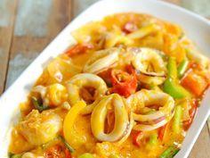 calamar, petit pois, coulis de tomate, curry, piment, cumin en poudre, poivre de cayenne, oignon, ail, coriandre, sucre semoule, huile...