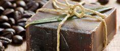 10 recetas para hacer jabón casero que cualquiera puede hacer - La Guía de las Vitaminas Adriana Fernandez, Soap Recipes, Home Made Soap, Soap Making, Sushi, Decorative Boxes, Candy, Homemade, Chocolate