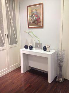 El  color blanco es un clasico que nunca pasa de moda en los muebles, mesa consola multifunción para comedor o salón. www.tusmesasysillas.com Tables Étroites, Entry Tables, Home Entrance Decor, House Entrance, Home Decor, Decoration, Corner Desk, Entryway, Woodworking