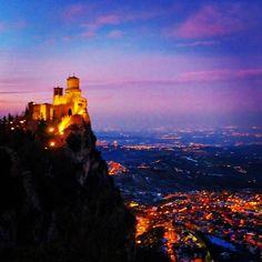 Monte Titano, silenzioso guardiano natturno di #Romagna - Instagram by _elisagasperoni