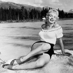 Buy Art For Less 'Marilyn Monroe at the Beach' Framed Photograph Art on Wrapped Canvas Size: