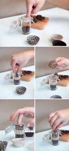Pequeños frascos de chocolates para compartir con los invitados