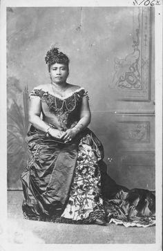 Queen Lili'uokalani of Hawai'i, born Lydia Lili'u Loloku Walania Wewehi Kamaka'eha-a-Kapa'akea, legal and hānai Lydia Kamaka'eha Pākī. Hawaiian Queen, Queen Of Hawaii, Hawaiian Tribal, Hawaiian Art, Hawaiian Monarchy, All About Hawaii, Vintage Hawaii, Honolulu Hawaii, Island Girl