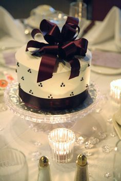 Steve wants us to do this. I'm thinking 30 tables 30 different cakes. : ) Small wedding cakes as centerpieces - fun and different! Small Wedding Cakes, Diy Wedding Cake, Wedding Cake Designs, Wedding Favors, Wedding Stuff, Wedding Reception, Dream Wedding, Wedding Ideas, Wedding Cake Centerpieces