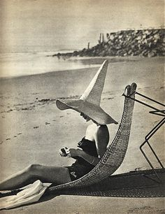 1955 beach attire - a rare glimpse of the wicked witch on vacation. I would love to find a hat like this! Vintage Beach Photos, Vintage Swim, Vintage Love, Retro Vintage, Retro Swim, Vintage Hawaii, Vintage Pictures, Vintage Travel, Beach Attire