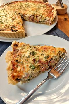 Quiche Lorraine is one of these great simple French recipes, which is homemade, fresh from the oven and lukewarm, just sensationally good. A quiche reminds me a little of a mixture of a pizza, a fritt Breakfast Party, Breakfast Hotel, Breakfast Pizza, Vegan Breakfast Recipes, Vegan Appetizers, Appetizer Recipes, Easy Quiche, Le Diner, Quiche Recipes