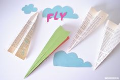 Een vliegtuigje vouwen, heb jij dat ooit gedaan? Ik was laatst bij een vriendin in haar studio in Amsterdam. Een heerlijke, grote, lichte ruimte waar ze als graphic designer de mooiste ontwerpen maakt. Aan het plafond hing een zelf gevouwen vliegtuigje van papier uit een oude atlas. Toen...