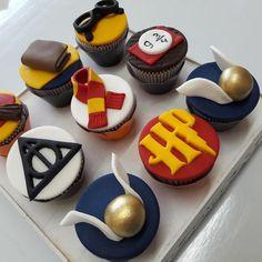 Harry Potter mini cupcake at Harry Potter Desserts, Harry Potter Treats, Harry Potter Cupcake Toppers, Gateau Harry Potter, Harry Potter Cupcakes, Harry Potter Birthday Cake, Harry Potter Bday, Harry Potter Food, Harry Potter Halloween