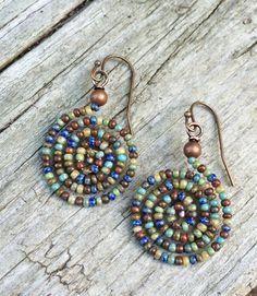 Colorful Boho Spiral Beaded Earrings by RusticaJewelry on Et .- Bunte Boho-Spirale Perlen Ohrringe von RusticaJewelry auf Etsy Colorful Boho Spiral Beaded Earrings by RusticaJewelry on Etsy - Seed Bead Jewelry, Seed Bead Earrings, Beaded Earrings, Earrings Handmade, Beaded Jewelry, Seed Beads, Pearl Earrings, Handmade Jewellery, Beaded Bracelet