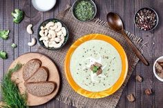These recipes for diet soups are sure to help you lose weight while fighting off the cold. Discover 5 healthy soup recipes to help you lose weight. Healthy Soup Recipes, Veggie Recipes, Diet Recipes, Cooking Recipes, Fat Burning Soup, Diet Drinks, Vegetarian Cooking, Food And Drink, Healthy Eating