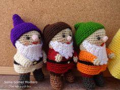 Blancanieves huyendo de su madrastra encontró en el bosque una casita muy pequeñita. Dentrohabíauna mesita con 7 silllitas, también... Amigurumi Free, Seven Dwarfs, Movie Characters, Walt Disney, Baby Dolls, Crochet Patterns, Crochet Hats, Baby Shower, Knitting