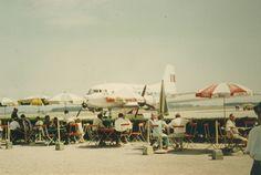 Flughafen Restaurant um 1960. Man beachte den die Hecke als einzige Abgrenzung zum Vorfeld! Im Hintergrund eine #IL-14 der #Tarom