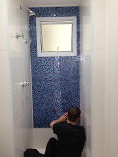 colando pastilha sobre azulejo com adesivo spray